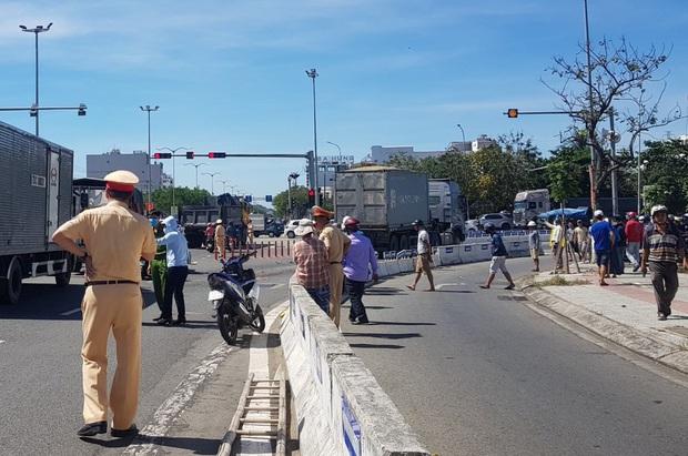 Vụ container tông chết bé trai 6 tuổi, mẹ nguy kịch ở Đà Nẵng: Tạm giữ hình sự tài xế chuyển làn ẩu, không bật đèn xi-nhan - Ảnh 2.