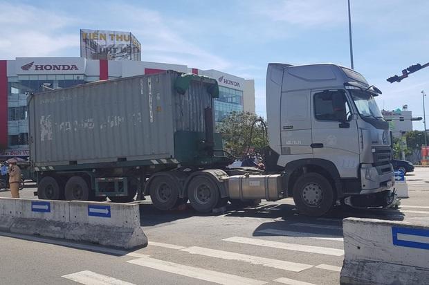 Vụ container tông chết bé trai 6 tuổi, mẹ nguy kịch ở Đà Nẵng: Tạm giữ hình sự tài xế chuyển làn ẩu, không bật đèn xi-nhan - Ảnh 1.