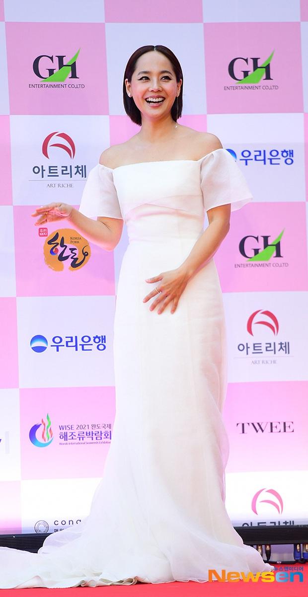 Siêu thảm đỏ Oscar Hàn Quốc: Park Bom gây sốc với mặt biến dạng, cặp MC dập cả Lee Byung Hun, Eunjung và dàn sao khủng - Ảnh 19.