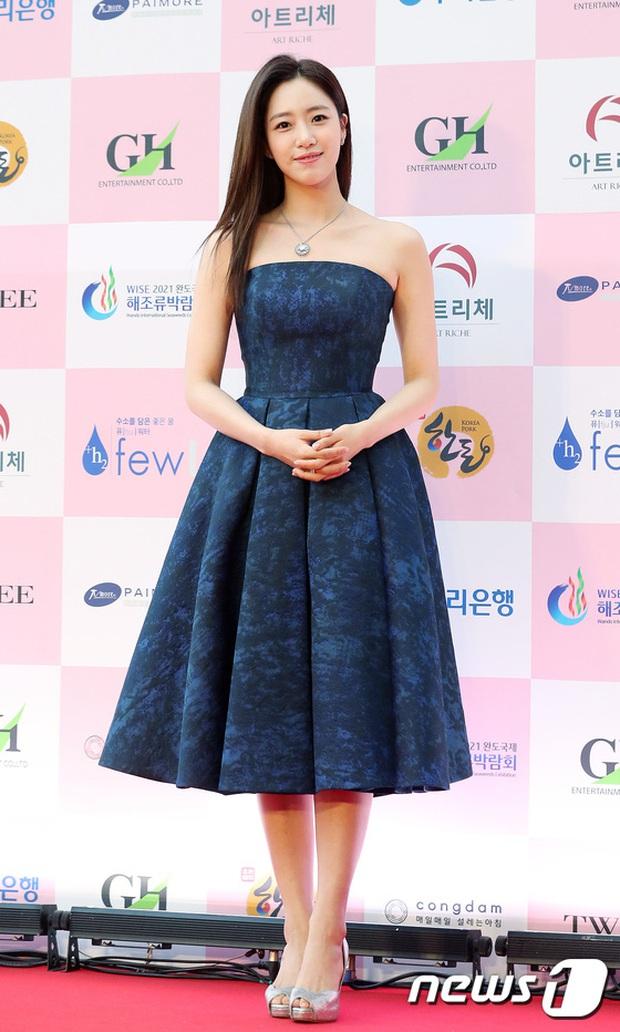Siêu thảm đỏ Oscar Hàn Quốc: Park Bom gây sốc với mặt biến dạng, cặp MC dập cả Lee Byung Hun, Eunjung và dàn sao khủng - Ảnh 15.