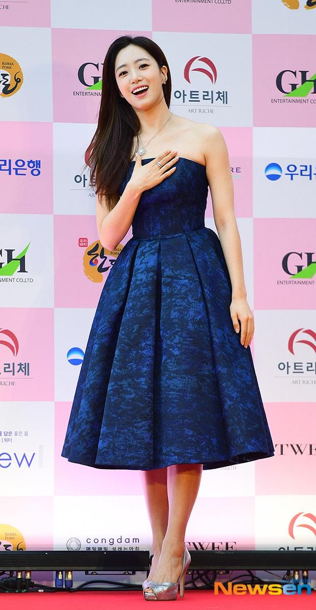 Siêu thảm đỏ Oscar Hàn Quốc: Park Bom gây sốc với mặt biến dạng, cặp MC dập cả Lee Byung Hun, Eunjung và dàn sao khủng - Ảnh 16.