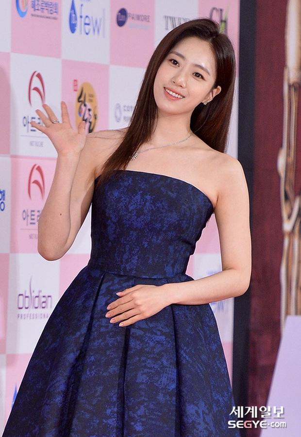 Siêu thảm đỏ Oscar Hàn Quốc: Park Bom gây sốc với mặt biến dạng, cặp MC dập cả Lee Byung Hun, Eunjung và dàn sao khủng - Ảnh 17.