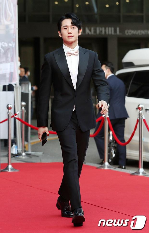 Siêu thảm đỏ Oscar Hàn Quốc: Park Bom gây sốc với mặt biến dạng, cặp MC dập cả Lee Byung Hun, Eunjung và dàn sao khủng - Ảnh 9.