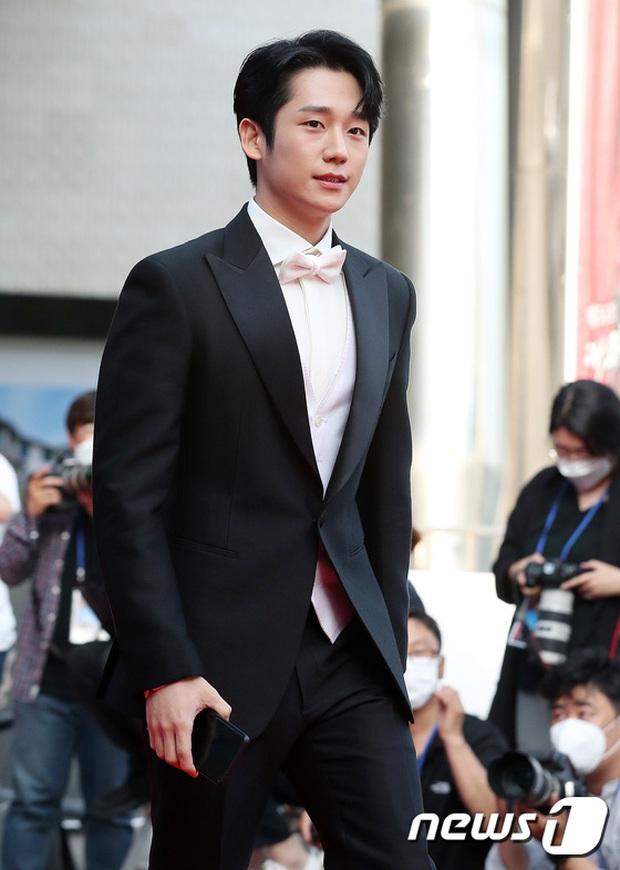 Siêu thảm đỏ Oscar Hàn Quốc: Park Bom gây sốc với mặt biến dạng, cặp MC dập cả Lee Byung Hun, Eunjung và dàn sao khủng - Ảnh 10.