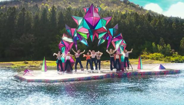 Cảnh trong MV mới của TWICE bị tố sao chép ý tưởng của nghệ sĩ nước ngoài, JYP chính thức lên tiếng lại được khen vì cách xử lý - Ảnh 2.