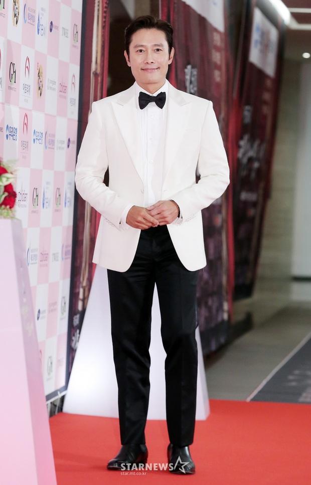 Siêu thảm đỏ Oscar Hàn Quốc: Park Bom gây sốc với mặt biến dạng, cặp MC dập cả Lee Byung Hun, Eunjung và dàn sao khủng - Ảnh 7.