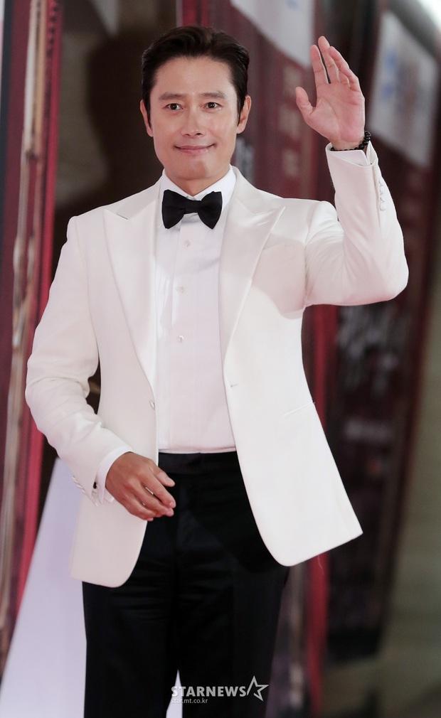 Siêu thảm đỏ Oscar Hàn Quốc: Park Bom gây sốc với mặt biến dạng, cặp MC dập cả Lee Byung Hun, Eunjung và dàn sao khủng - Ảnh 8.