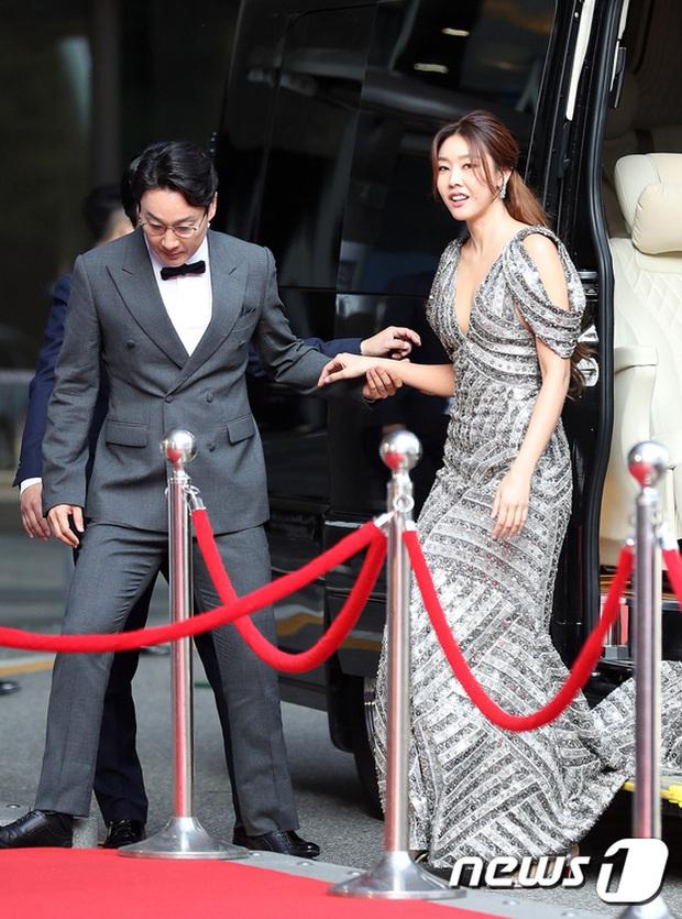 Siêu thảm đỏ Oscar Hàn Quốc: Park Bom gây sốc với mặt biến dạng, cặp MC dập cả Lee Byung Hun, Eunjung và dàn sao khủng - Ảnh 11.