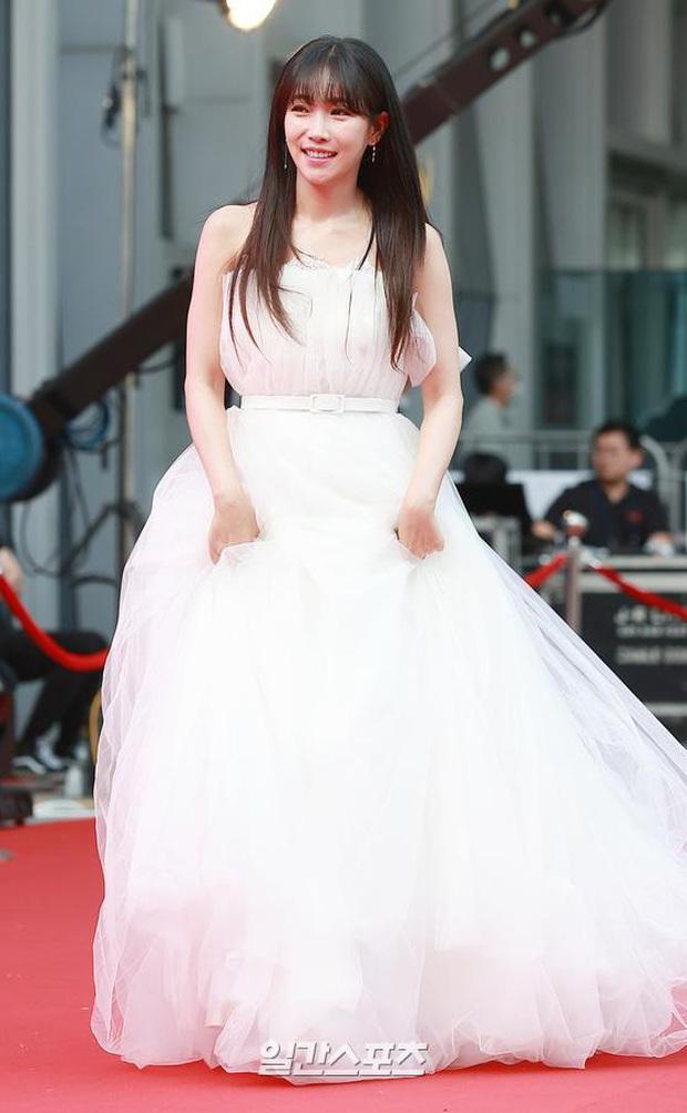 Siêu thảm đỏ Oscar Hàn Quốc: Park Bom gây sốc với mặt biến dạng, cặp MC dập cả Lee Byung Hun, Eunjung và dàn sao khủng - Ảnh 23.