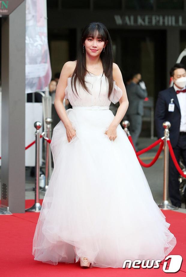 Siêu thảm đỏ Oscar Hàn Quốc: Park Bom gây sốc với mặt biến dạng, cặp MC dập cả Lee Byung Hun, Eunjung và dàn sao khủng - Ảnh 24.
