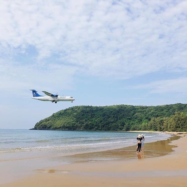 """Một sân bay ở Việt Nam khiến ai cũng """"khiếp vía"""" khi lần đầu nhìn thấy: Phi cơ hạ cánh ngay cạnh nơi du khách... tắm biển? - Ảnh 8."""