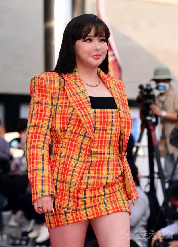 Siêu thảm đỏ Oscar Hàn Quốc: Park Bom gây sốc với mặt biến dạng, cặp MC dập cả Lee Byung Hun, Eunjung và dàn sao khủng - Ảnh 5.