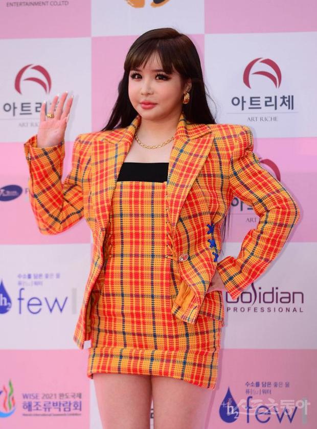 Siêu thảm đỏ Oscar Hàn Quốc: Park Bom gây sốc với mặt biến dạng, cặp MC dập cả Lee Byung Hun, Eunjung và dàn sao khủng - Ảnh 4.