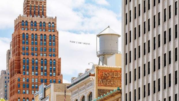 Nghệ sĩ trẻ đưa lời nói cuối cùng của George Floyd lên bầu trời nước Mỹ  - Ảnh 1.
