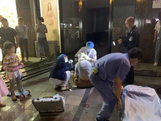 Thấy cửa kính khổng lồ đổ ập xuống 3 đứa trẻ, người mẹ 2 con quyết lao mình vào chống đỡ khiến bản thân bị thương nặng - Ảnh 2.