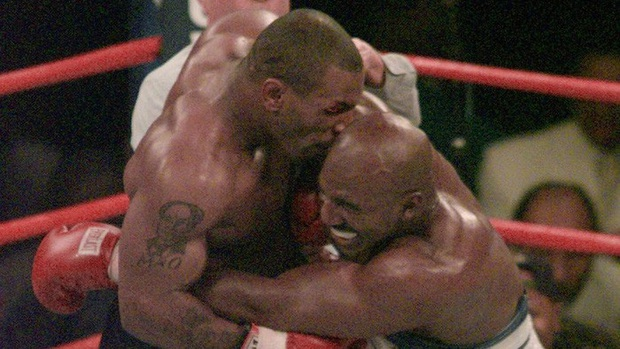 Sau hơn 2 thập kỷ, nạn nhân Evander Holyfield có tiết lộ bất ngờ về cú cắn tai lịch sử của huyền thoại Mike Tyson - Ảnh 1.