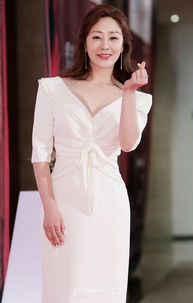 Eun Jung (T-Ara) và Park Bom (2NE1) hút hết truyền thông trước dàn diễn viên hot, đến Jung Hae In cũng lép vế ở thảm đỏ Oscars Hàn Quốc? - Ảnh 14.