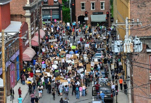 Hot girl bóng rổ trên Youtube kéo cột rổ đi khắp một thành phố ở Mỹ để phá vỡ sự căng thẳng tại các cuộc biểu tình - Ảnh 1.