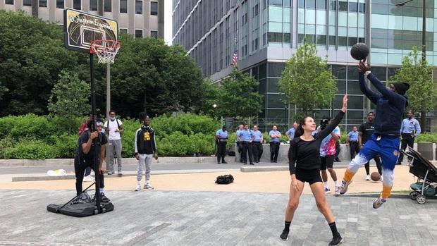 Hot girl bóng rổ trên Youtube kéo cột rổ đi khắp một thành phố ở Mỹ để phá vỡ sự căng thẳng tại các cuộc biểu tình - Ảnh 2.