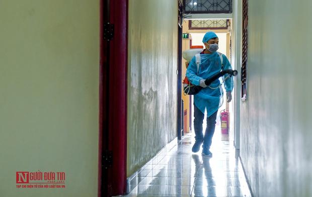 Phun khử khuẩn khu cách ly thương nhân Trung Quốc sang Lục Ngạn thu mua vải thiều - Ảnh 11.