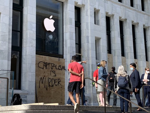 Lo sợ bị dân đập phá hoặc ăn trộm, Apple Store khắp nước Mỹ lập tức phòng thủ kiên cố theo cách đầy dã chiến - Ảnh 4.