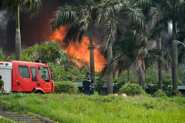 Đang cháy dữ dội tại kho hóa chất ở Long Biên, cột khói đen bốc cao hàng chục mét - Ảnh 5.