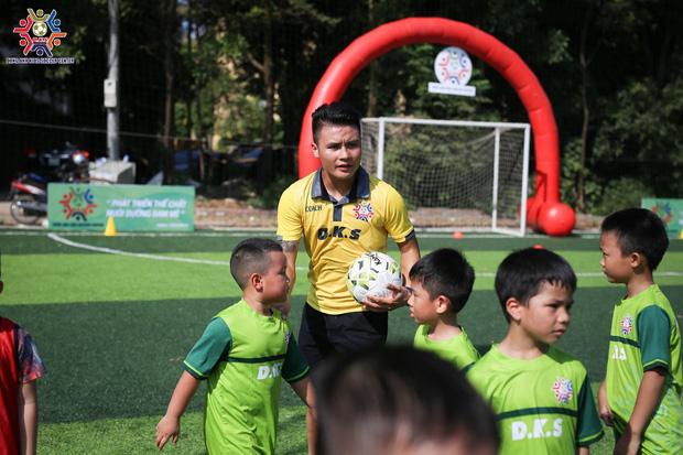 Quang Hải làm HLV dạy trẻ em Đông Anh đá bóng, lần đầu khoe ảnh bên Huỳnh Anh sau scandal bị hack Facebook - Ảnh 1.