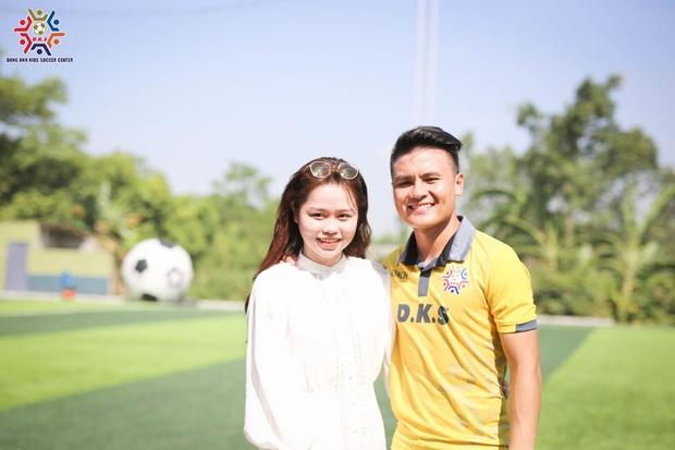 Quang Hải làm HLV dạy trẻ em Đông Anh đá bóng, lần đầu khoe ảnh bên Huỳnh Anh sau scandal bị hack Facebook - Ảnh 2.