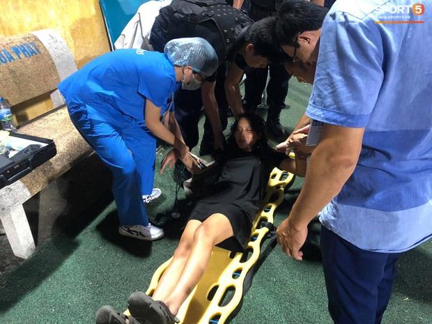 Fan nữ trên sân Hàng Đẫy bị ngất, được đưa đi cấp cứu vì tụt huyết áp, không ăn cơm trưa - Ảnh 2.