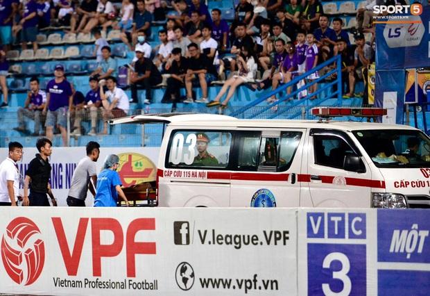 Fan nữ trên sân Hàng Đẫy bị ngất, được đưa đi cấp cứu vì tụt huyết áp, không ăn cơm trưa - Ảnh 7.