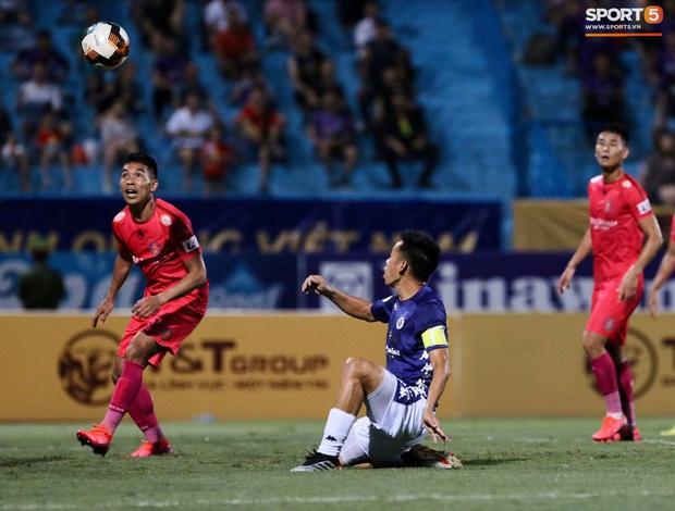 Fan nữ trên sân Hàng Đẫy bị ngất, được đưa đi cấp cứu vì tụt huyết áp, không ăn cơm trưa - Ảnh 9.