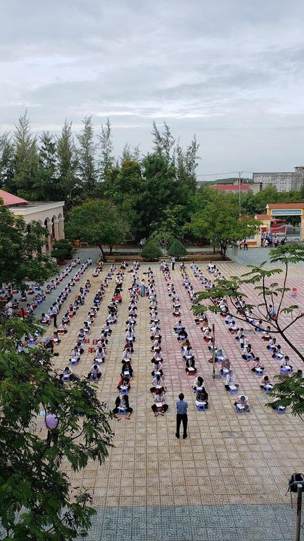 Choáng trước cảnh hàng trăm học sinh một trường cấp 3 ở TP.HCM ngồi bệt dưới đất làm bài kiểm tra - Ảnh 2.