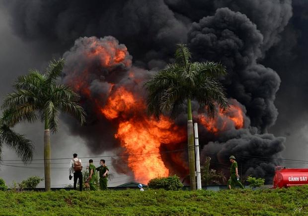 Đang cháy dữ dội tại kho hóa chất ở Long Biên, cột khói đen bốc cao hàng chục mét - Ảnh 6.