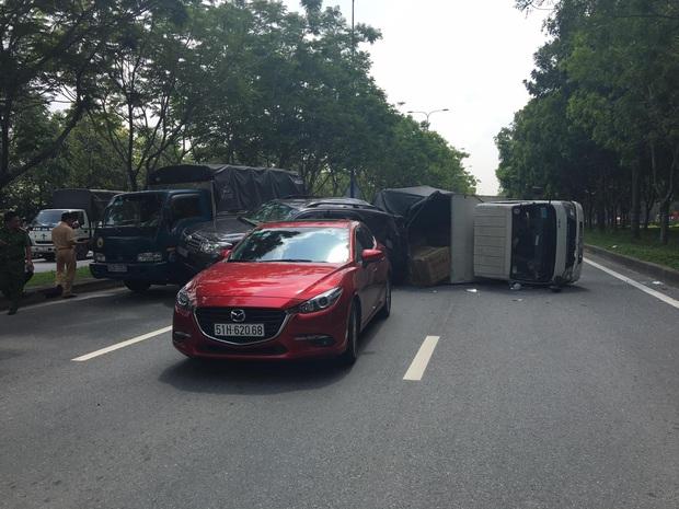 TP.HCM: 4 ô tô tông nhau trên đại lộ, 2 cháu nhỏ thoát chết nhờ đổi chỗ - Ảnh 1.