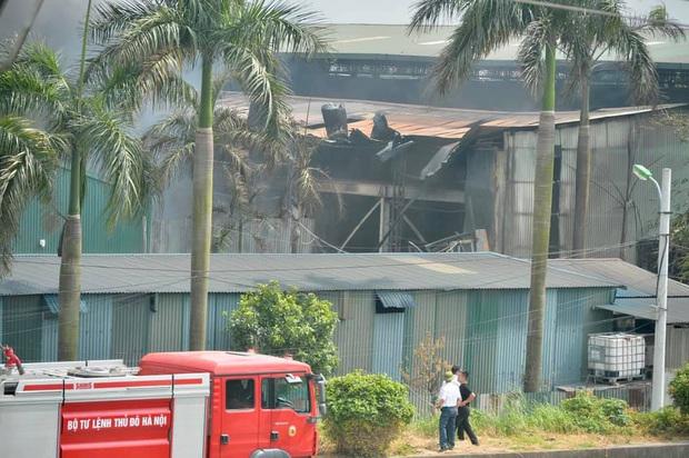 Đang cháy dữ dội tại kho hóa chất ở Long Biên, cột khói đen bốc cao hàng chục mét - Ảnh 10.