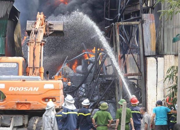 Hà Nội: Cháy dữ dội tại kho hóa chất ở Long Biên, thùng phuy phát nổ bay cao hàng chục mét - Ảnh 14.