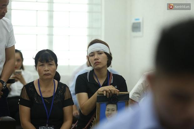 Hoãn phiên xử vụ nam sinh chạy Grab bị sát hại ở Hà Nội, mẹ và chị gái nạn nhân thất thần ra về - Ảnh 10.