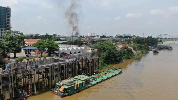 Hà Nội: Cháy dữ dội tại kho hóa chất ở Long Biên, thùng phuy phát nổ bay cao hàng chục mét - Ảnh 15.