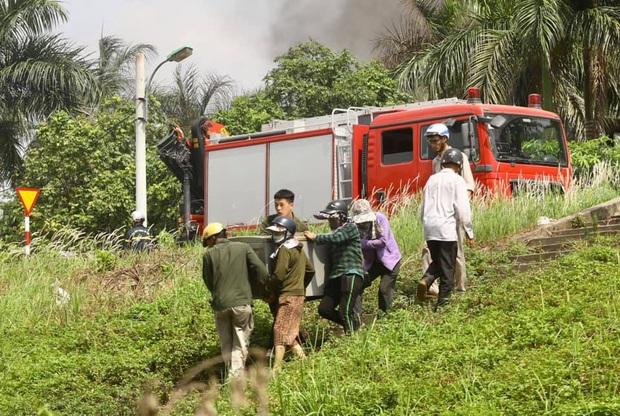 Hà Nội: Cháy dữ dội tại kho hóa chất ở Long Biên, thùng phuy phát nổ bay cao hàng chục mét - Ảnh 12.