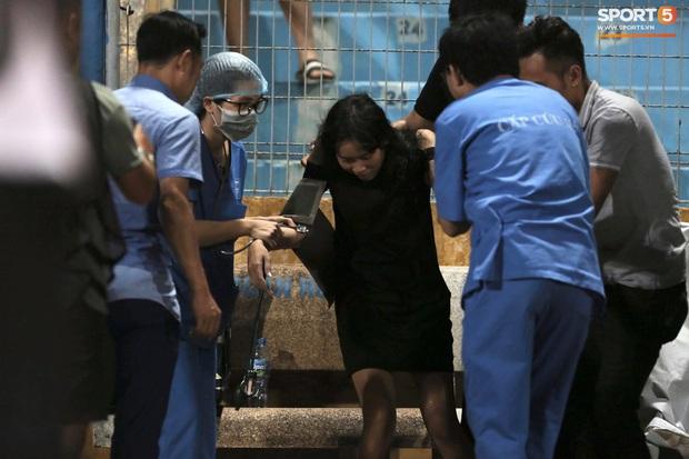 Fan nữ trên sân Hàng Đẫy bị ngất, được đưa đi cấp cứu vì tụt huyết áp, không ăn cơm trưa - Ảnh 5.