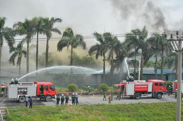 Đang cháy dữ dội tại kho hóa chất ở Long Biên, cột khói đen bốc cao hàng chục mét - Ảnh 9.