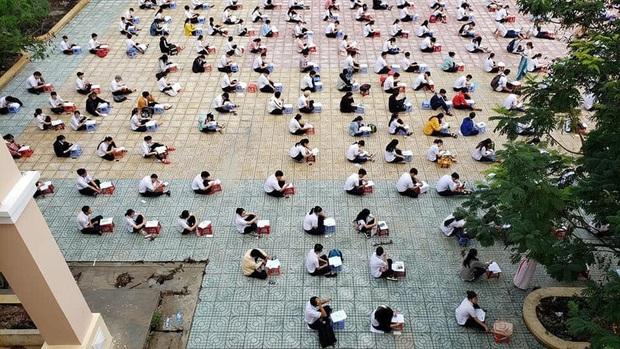 Choáng trước cảnh hàng trăm học sinh một trường cấp 3 ở TP.HCM ngồi bệt dưới đất làm bài kiểm tra - Ảnh 1.