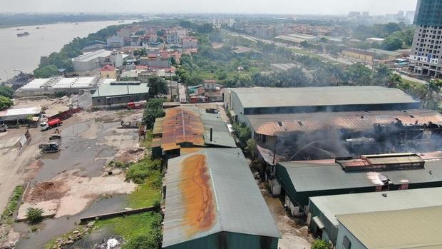 Hà Nội: Cháy dữ dội tại kho hóa chất ở Long Biên, thùng phuy phát nổ bay cao hàng chục mét - Ảnh 17.