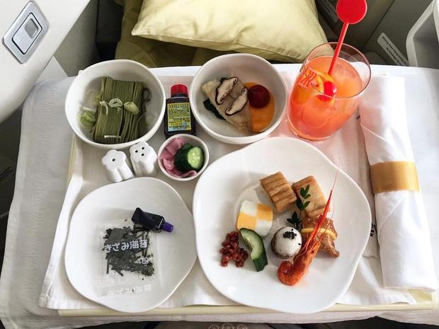 """Những hãng hàng không có suất ăn máy bay còn """"xịn"""" hơn nhà hàng 5 sao, 1 cái tên của Việt Nam cũng góp mặt trong danh sách - Ảnh 23."""
