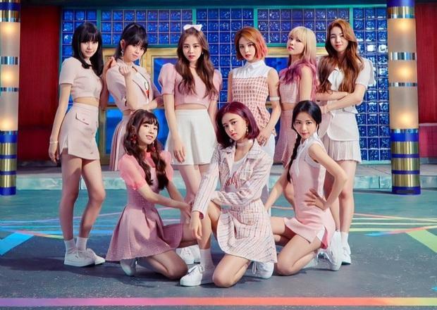 Em gái Nhật của TWICE tung MV dọn đường với màn cameo hài hước của bố Park, bị Knet chê là rẻ tiền như quay từ 10 năm trước - Ảnh 2.