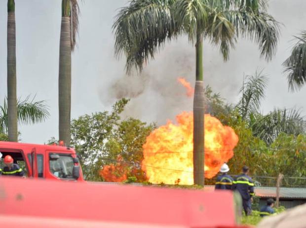 Đang cháy dữ dội tại kho hóa chất ở Long Biên, cột khói đen bốc cao hàng chục mét - Ảnh 8.