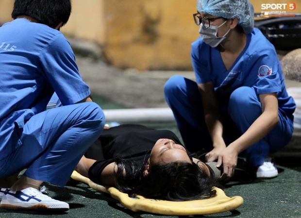 Fan nữ trên sân Hàng Đẫy bị ngất, được đưa đi cấp cứu vì tụt huyết áp, không ăn cơm trưa - Ảnh 3.
