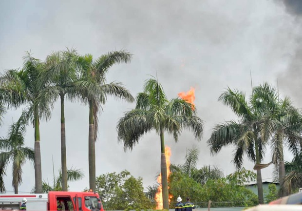 Đang cháy dữ dội tại kho hóa chất ở Long Biên, cột khói đen bốc cao hàng chục mét - Ảnh 7.