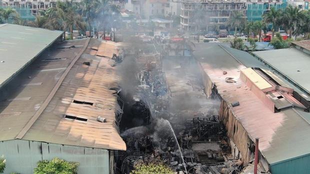 Hà Nội: Cháy dữ dội tại kho hóa chất ở Long Biên, thùng phuy phát nổ bay cao hàng chục mét - Ảnh 19.