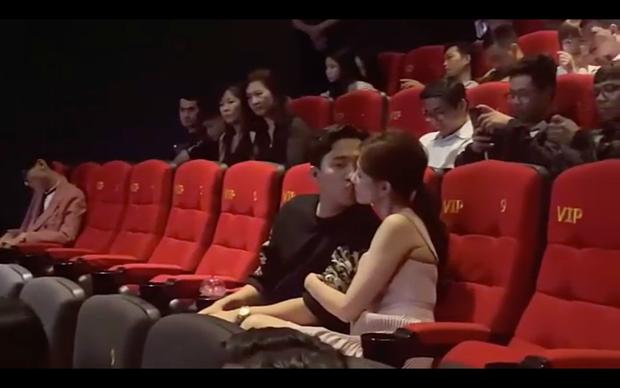 """Tranh cãi Trấn Thành - Hari Won hôn nhau ở rạp phim, netizen gay gắt: """"Thiếu gì chỗ, đâu phải chỉ có 2 người ở đó?"""" - Ảnh 4."""